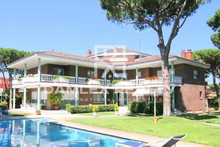Maison / Villa avec 6 chambres, terrain 2000m2, a vendre á Gava, Côte sud de Barcelone