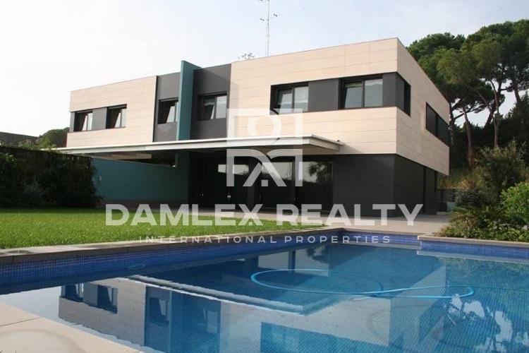 Maison / Villa avec 5 chambres, terrain 688m2, a vendre á Sant Andreu de Llavaneres, Côte Nord de Barcelone