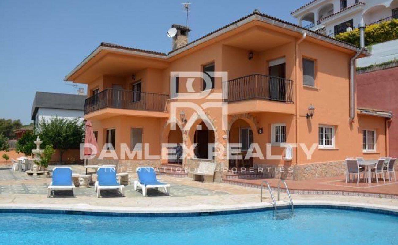 Villa dans la ville de Blanes avec vue sur la mer dans une urbanisation tranquille
