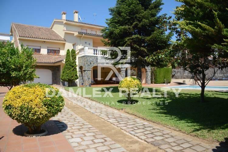 Maison / Villa avec 6 chambres, terrain 860m2, a vendre á Vilassar de Dalt, Côte Nord de Barcelone