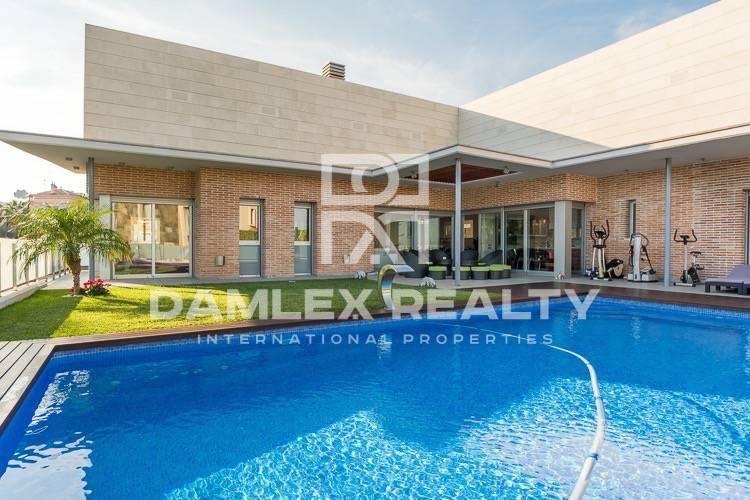 Maison / Villa avec 5 chambres, terrain 810m2, a vendre á Castelldefels , Côte sud de Barcelone
