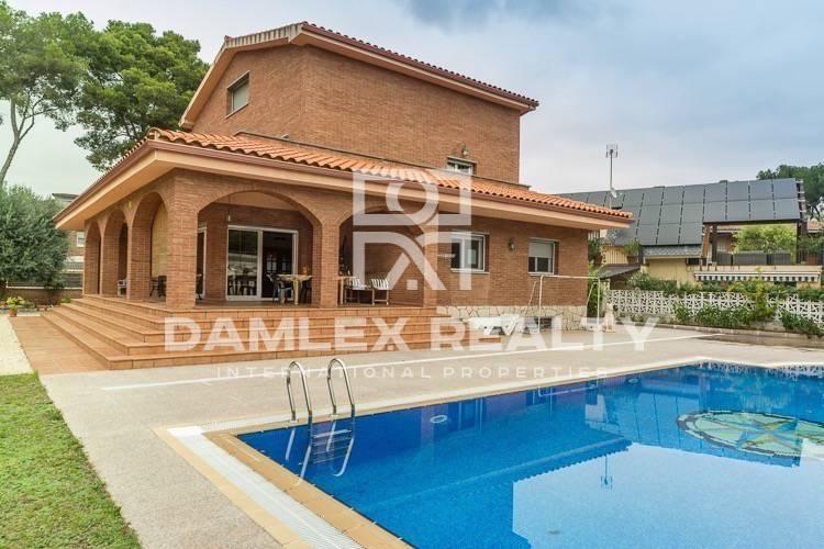 Maison / Villa avec 5 chambres, terrain 900m2, a vendre á Castelldefels , Côte sud de Barcelone