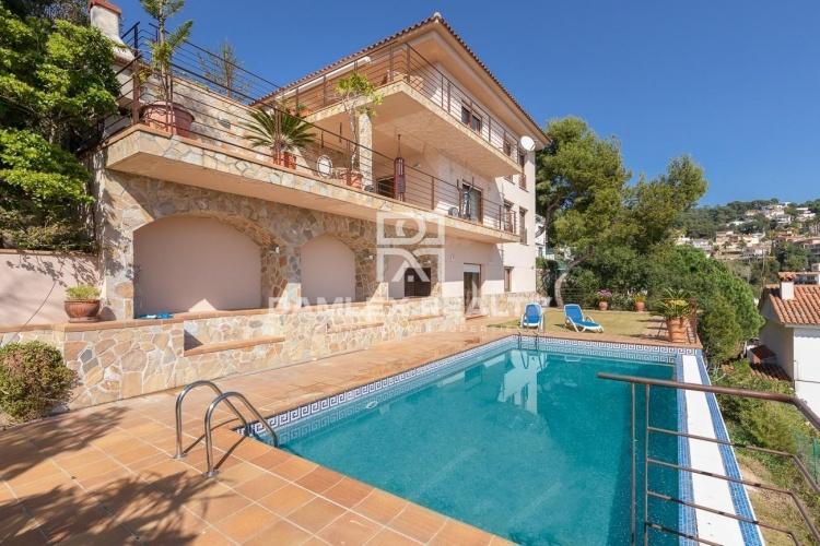 Villa de luxe avec vue panoramique sur la mer, dans l`urbanisation de Roca Grossa