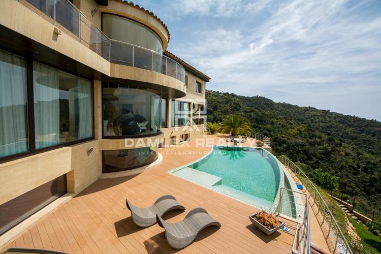 Impressionnante villa de luxe avec vue panoramique sur la mer