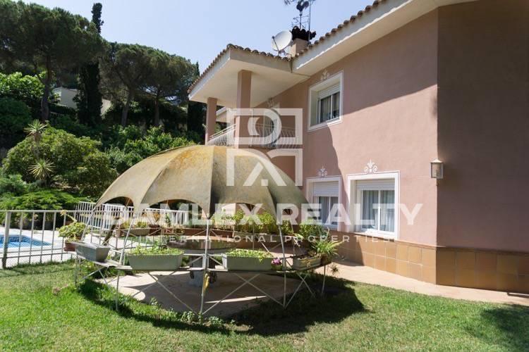 Maison / Villa avec 6 chambres, terrain 2000m2, a vendre á Sant Andreu de Llavaneres, Côte Nord de Barcelone