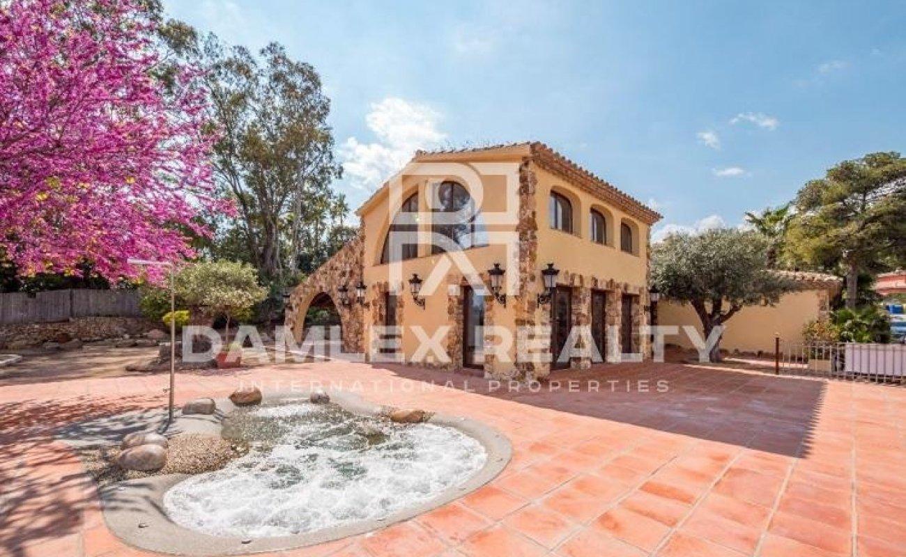 Maison / Villa avec 4 chambres, terrain 1100m2, a vendre á Blanes, Costa Brava