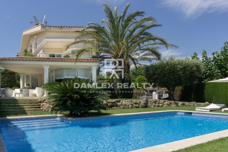 Impressionnante villa dans la prestigieuse urbanisation de Can Teixido à Alella