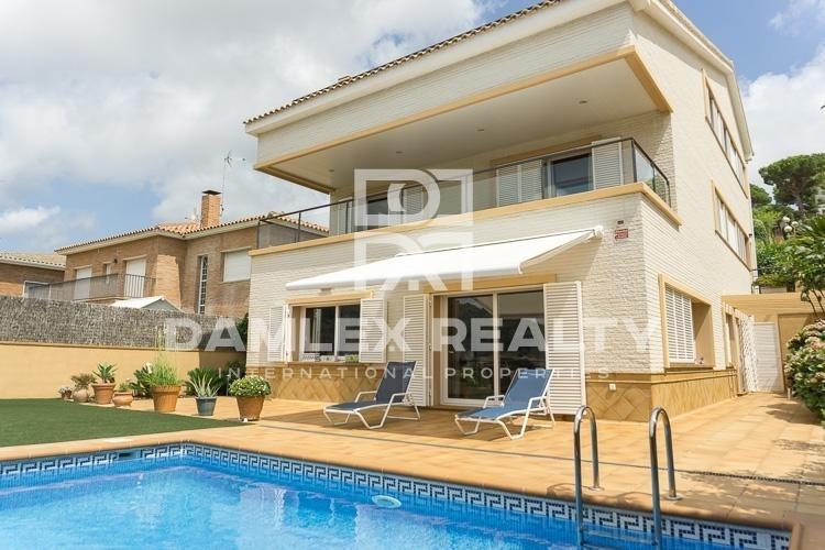 Maison / Villa avec 5 chambres, terrain 500m2, a vendre á Vilassar de Dalt, Côte Nord de Barcelone