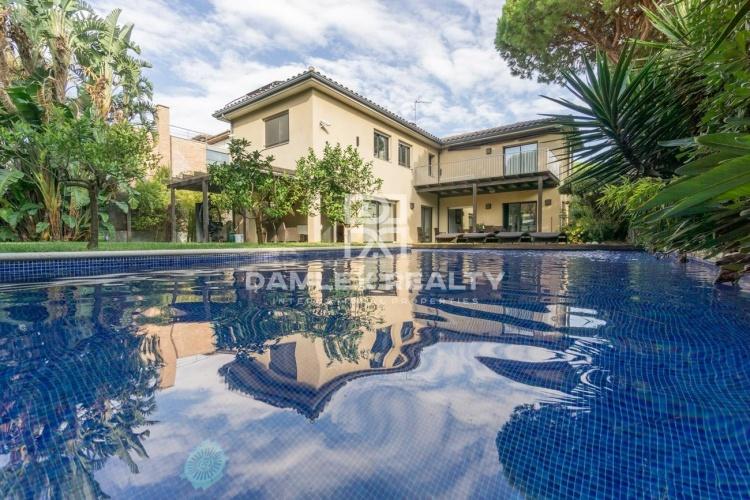 Villa de luxe près de la plage dans la banlieue de Barcelone