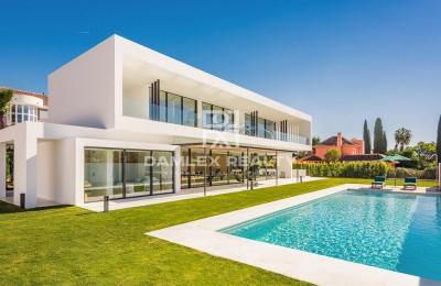 Maison / Villa avec 6 chambres, terrain 1253m2, a vendre á Marbella Ouest, Costa del Sol