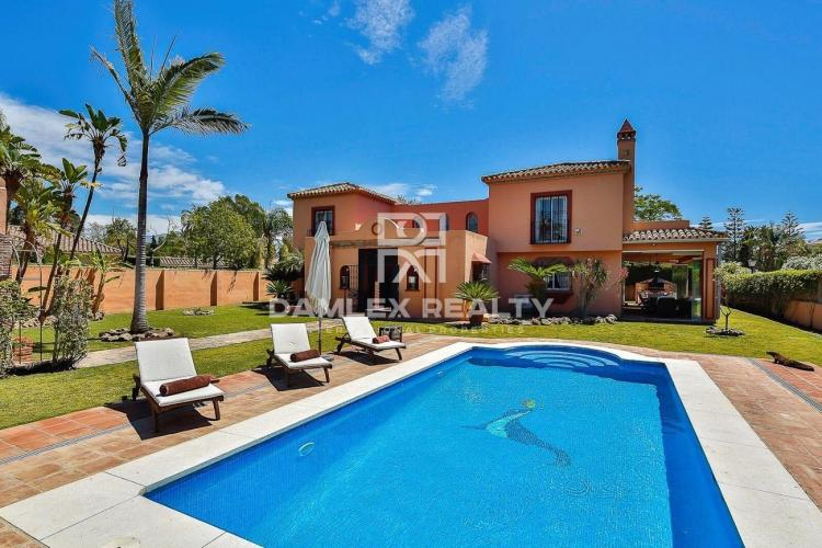 Maison / Villa avec 6 chambres, terrain 1200m2, a vendre á Estepona, Costa del Sol