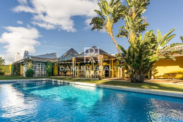 Maison / Villa avec 6 chambres, terrain 2734m2, a vendre á Estepona, Costa del Sol