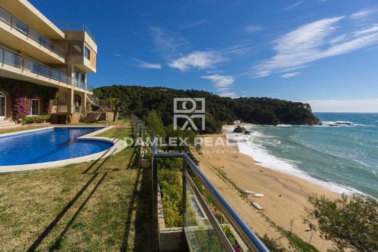 Villa sur la première ligne de la mer avec une vue frontale de la mer
