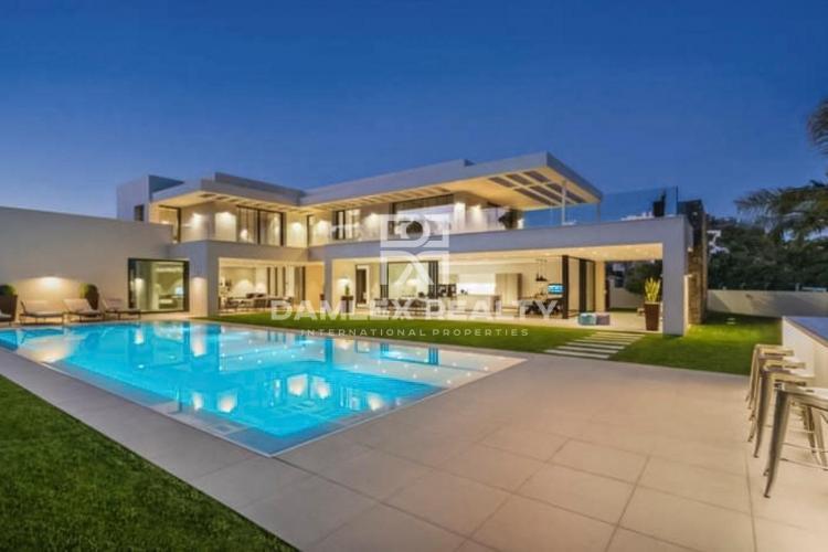 Maison / Villa avec 6 chambres, terrain 1210m2, a vendre á Marbella Ouest, Costa del Sol