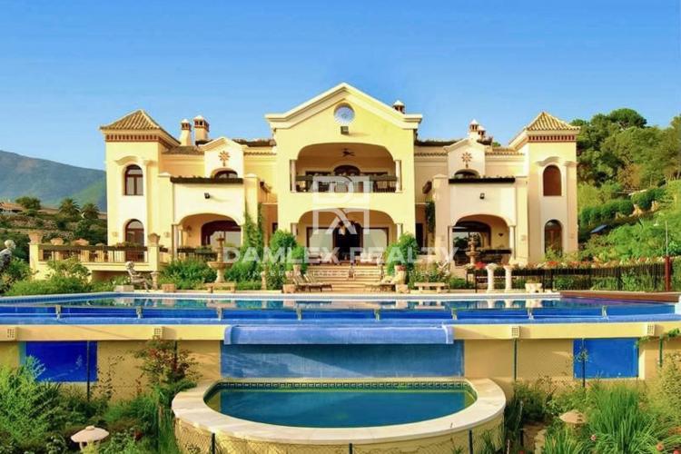 Maison / Villa avec 10 chambres, terrain 6930m2, a vendre á Marbella Ouest, Costa del Sol