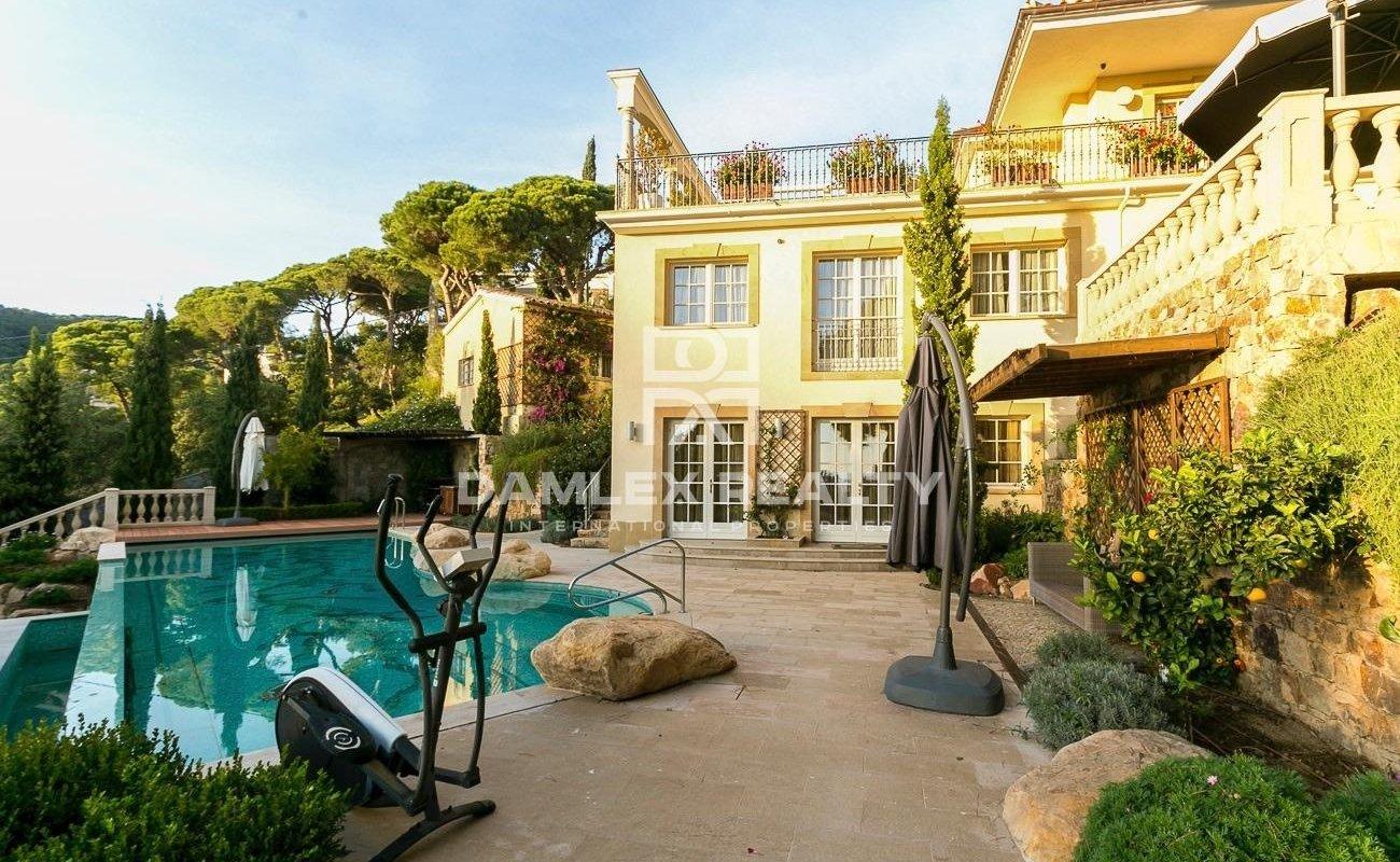 Villa de luxe sur la deuxième ligne de la mer dans une urbanisation sécurisée