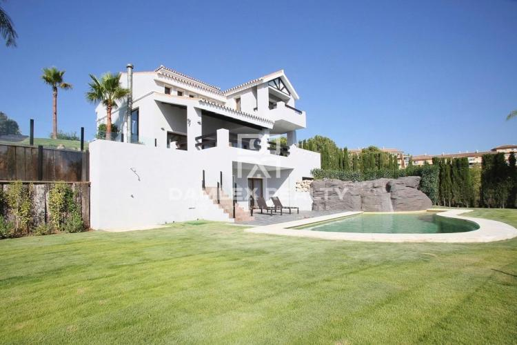 Maison / Villa avec 4 chambres, terrain 1200m2, a vendre á Estepona, Costa del Sol