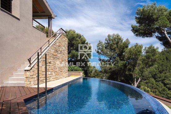 Villa de luxe moderne avec de superbes vues sur la mer