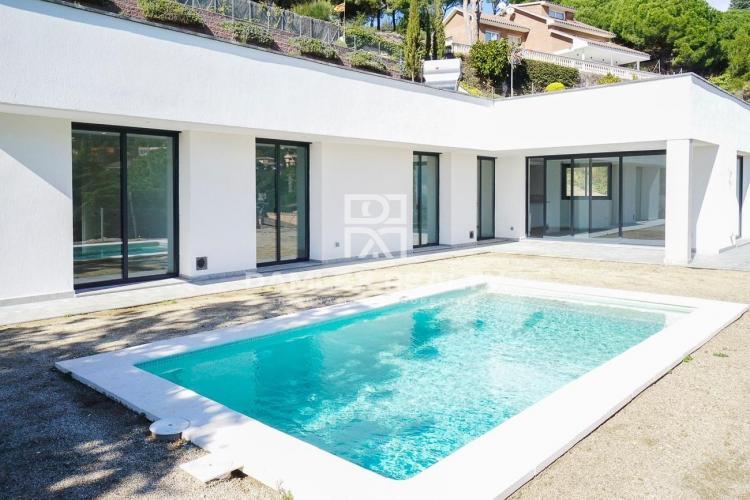Nouvelle villa moderne dans la ville de Cabrils