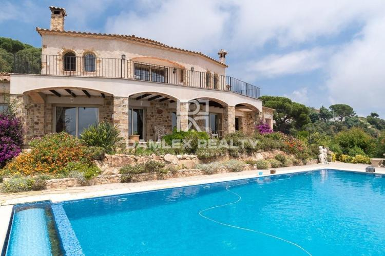 Villa en pierres avec vues mer