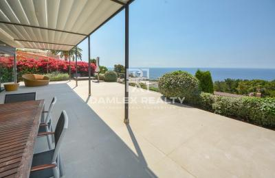 Luxueuse villa de style moderne en face de la mer