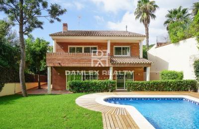 Maison / Villa avec 6 chambres, terrain 680m2, a vendre á Castelldefels , Côte sud de Barcelone
