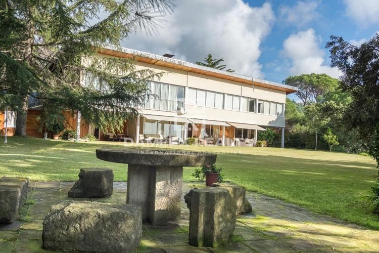 Villa avec un grand terrain et vue sur la mer à 35 km de Barcelone.