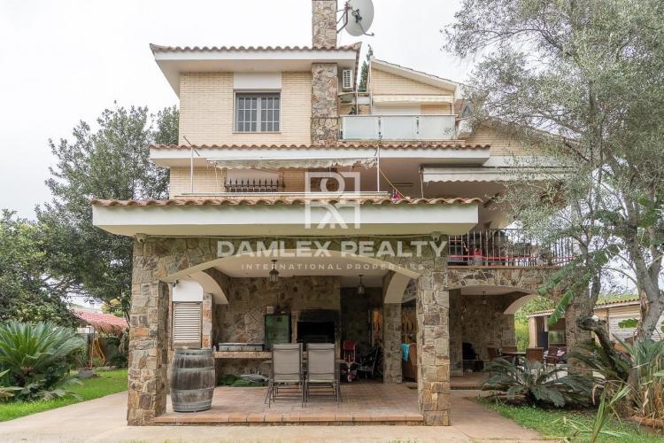Maison avec grand jardin à côté du British School de Gava