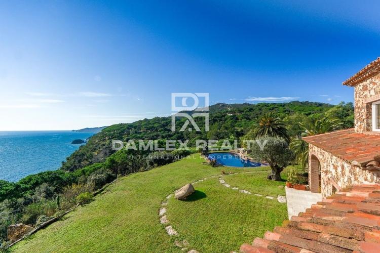 Environnement exceptionnel pour cette somptueuse villa aux vues mer imprenables