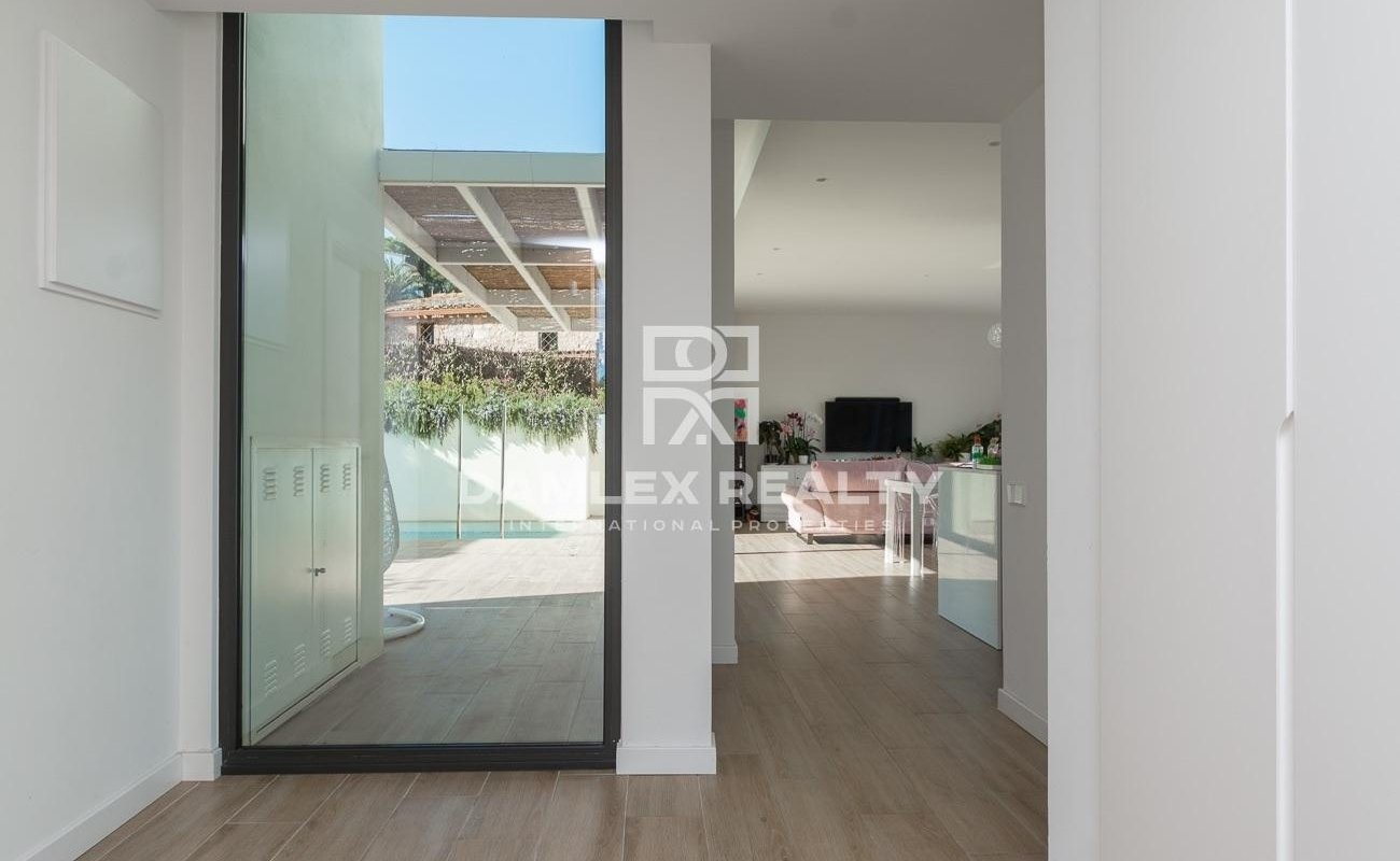 Villa au design minimaliste avec une vue majestueuse sur la baie de Palamos