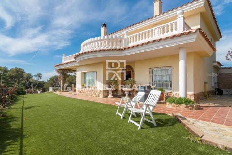 Maison / Villa avec 6 chambres, terrain 1200m2, a vendre á Blanes, Costa Brava