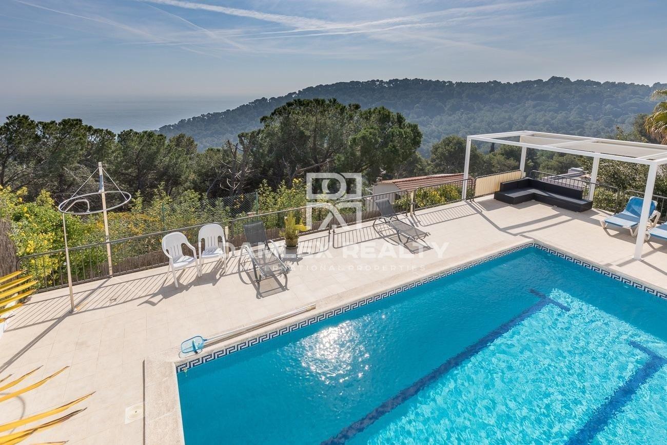 Villa avec vue panoramique sur la mer entourée de jardins botaniques
