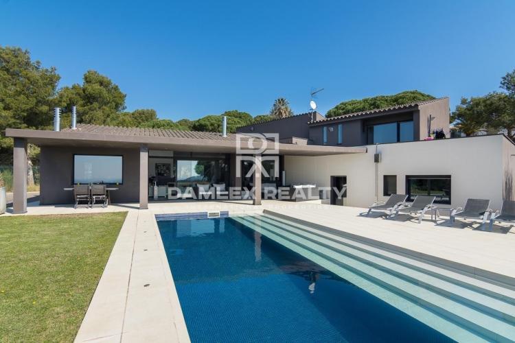 Villa de conception moderne avec vue panoramique sur la mer et la montagne