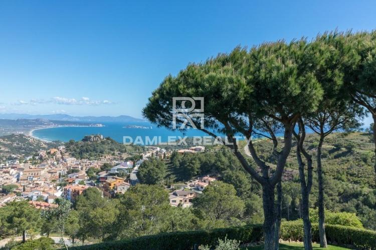 Villa de style méditerranéen avec vue imprenable sur la mer.