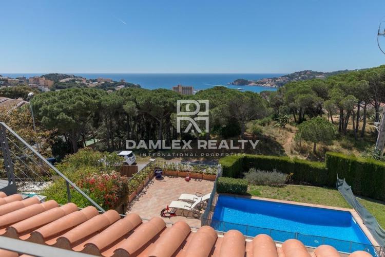 Villa avec vue sur la mer dans une urbanisation prestigieuse.
