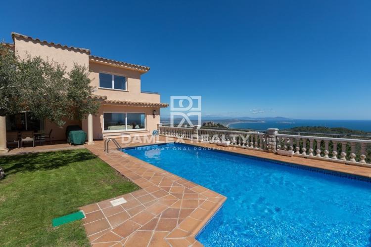 Spacieuse villa méditerranéenne avec vue imprenable sur la mer près du centre de Begur