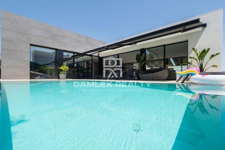 Maison de luxe au design moderne avec vue sur la mer