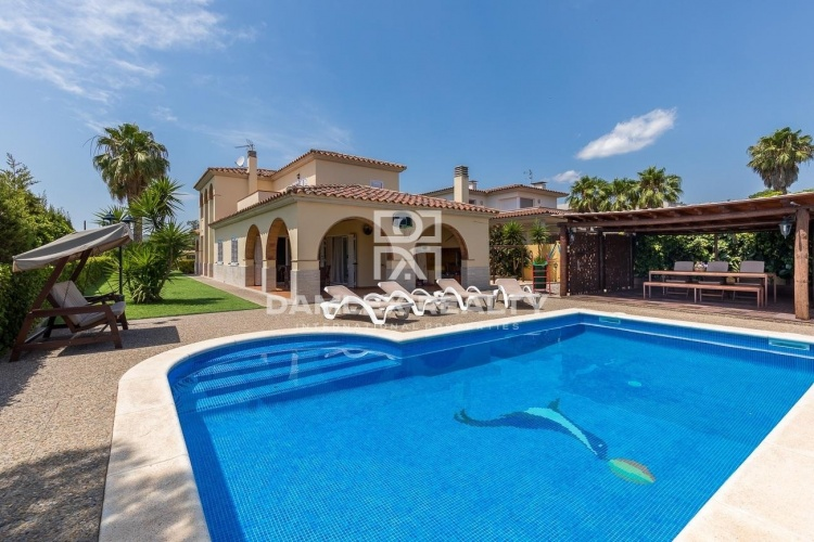Maison / Villa avec 4 chambres, terrain 823m2, a vendre á Calonge, Costa Brava