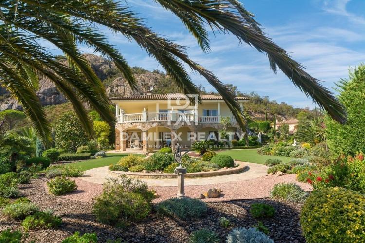 Villa dans un magnifique parc paysagé de 5000m2 située dans la prestigieuse urbanisation de Santa Cristina de Aro