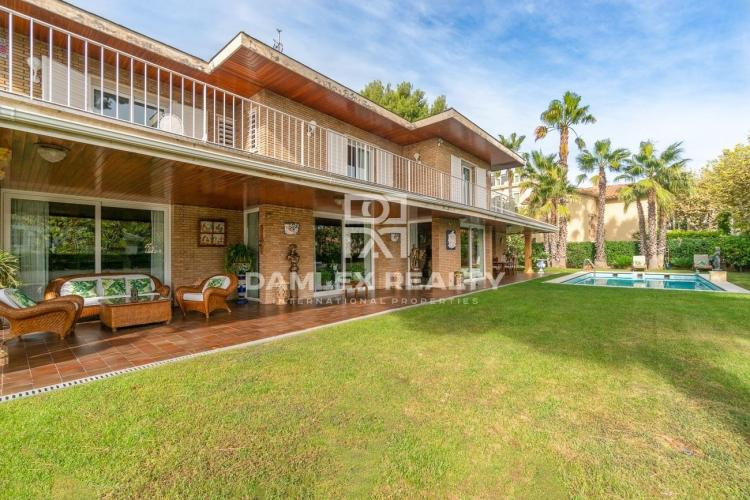 Villa de luxe avec vue sur la mer avec piscine et beau jardin