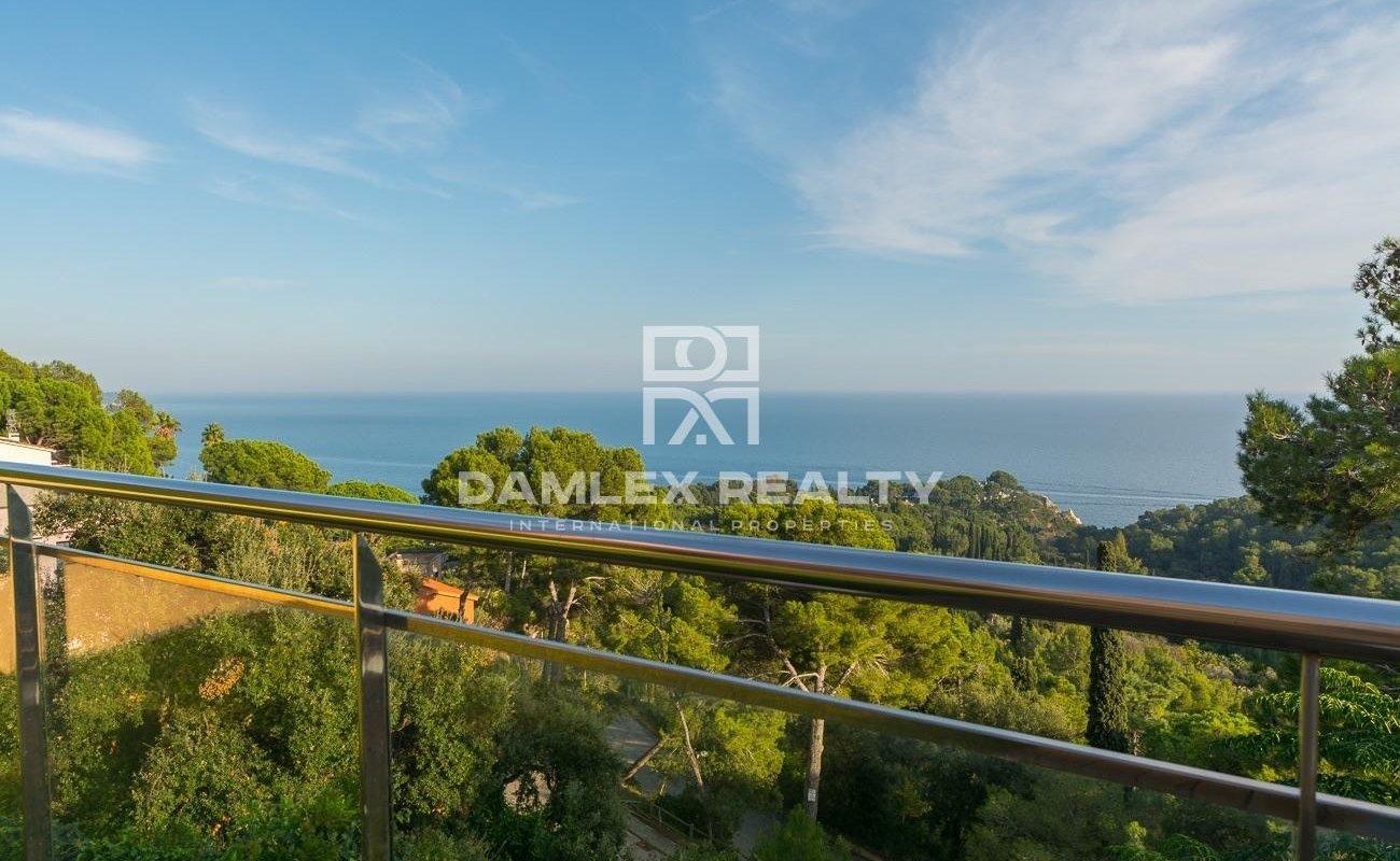 Maison moderne avec une vue incroyable sur la mer à Santa Cristina