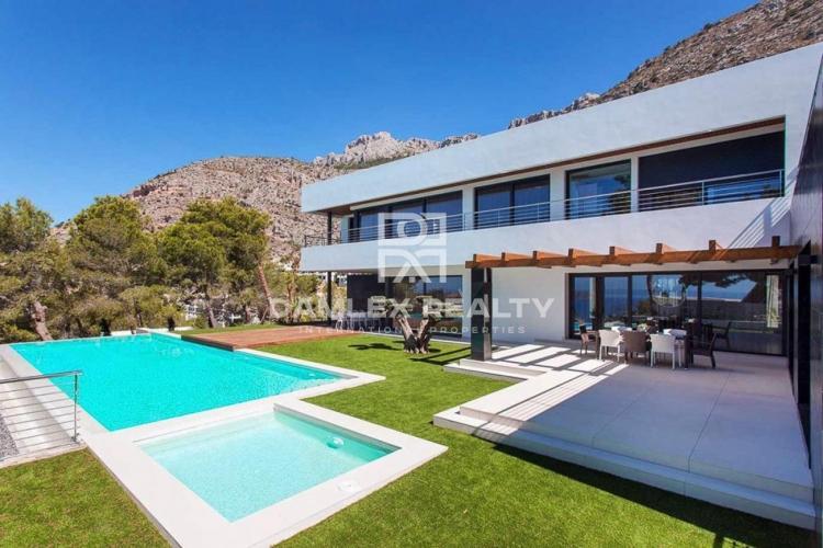 Villa de haute technologie avec vue panoramique sur la mer dans urbanisation avec sécurité 24/7