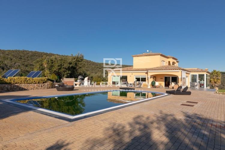 Villa d`exception avec vue panoramique conçue dans un esprit respectueux de l`environnement