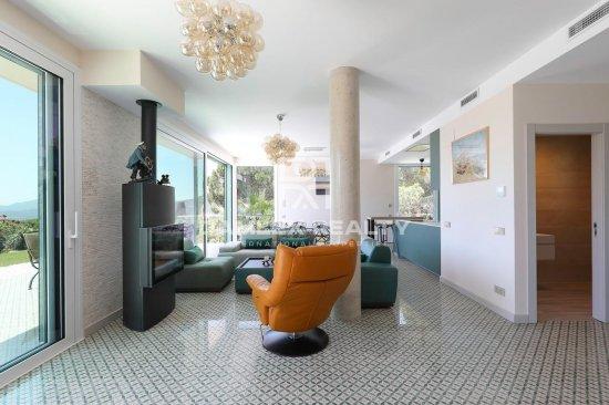 Villa moderne avec vue panoramique sur la mer et près de la plage