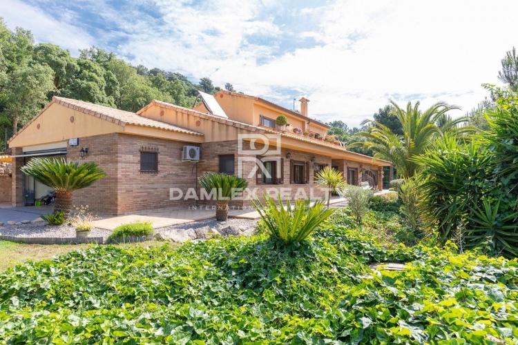 Villa sur un grand terrain dans une urbanisation calme en pleine nature.