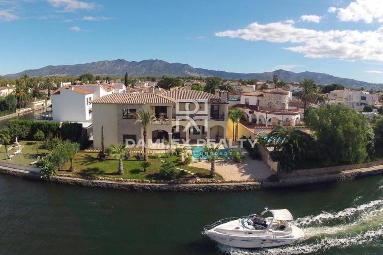 Villa de luxe sur le canal principal avec son propre amarre