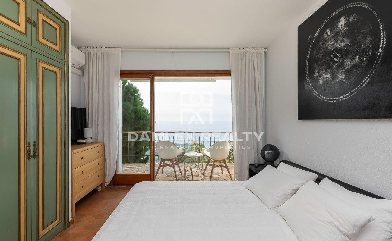 Magnifique propriété offrant une vue panoramique sur la mer, la ville et les montagnes environnantes, depuis le point culminant de Roca Grossa.