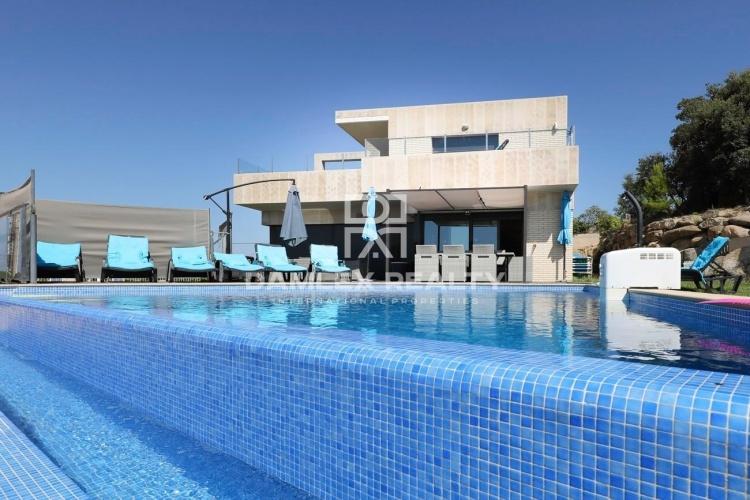 Villa au design moderne avec vues sur la mer