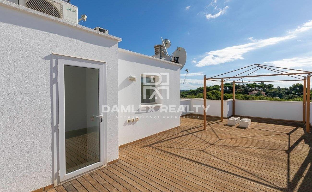 Maison de ville dans un complexe d`élite près de la plage de Sa Boadella
