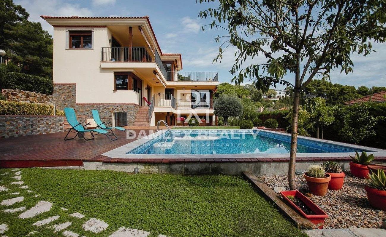 Spacieuse villa de style méditerranéen avec vue sur la mer, construite en 2016